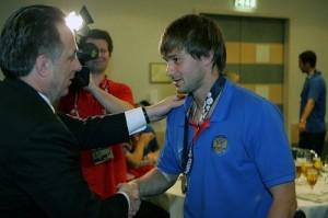 Мутко вручает Сычеву медаль